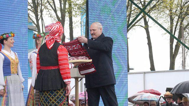 Лукашенко подарили рушник