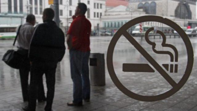 курение на остановке