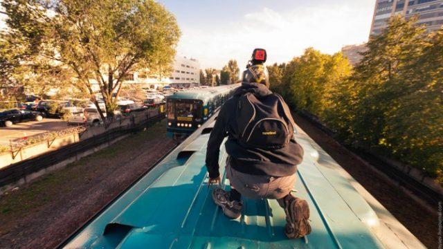 подросток на крыше поезда