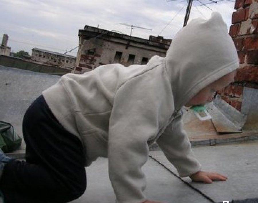 ребёнок на крыше