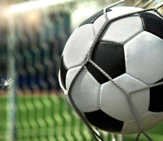 футбольный-мяч-в-воротах-
