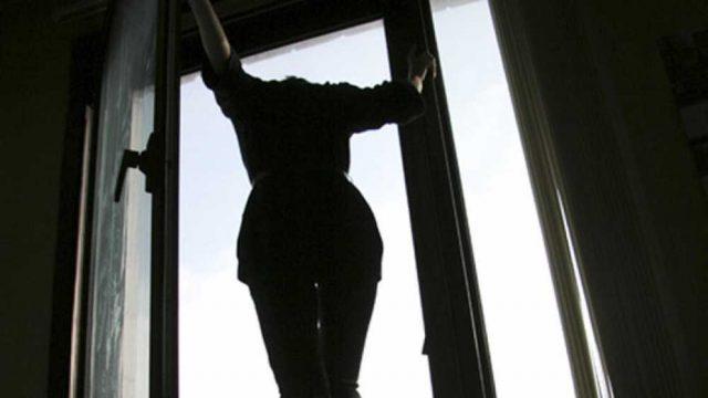 спрыгнула с балкона