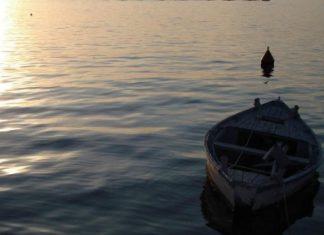 на лодке в море