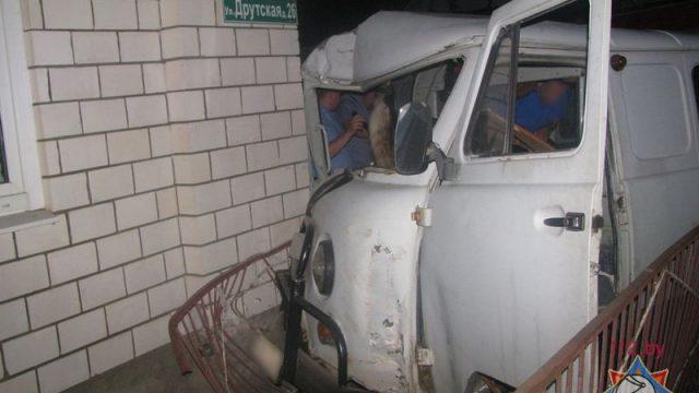 «Буханка» врезалась вугол дома вРогачеве: пострадал шофёр
