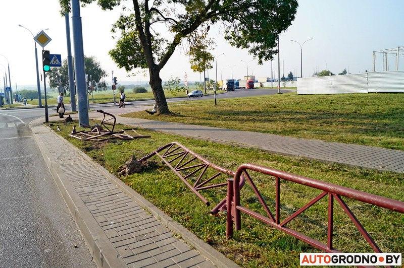 ДТП: нетрезвый бесправник снес 11 метров забора вГродно