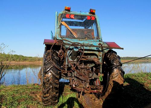 ВТолочинском районе трактор сводителем ушел под воду