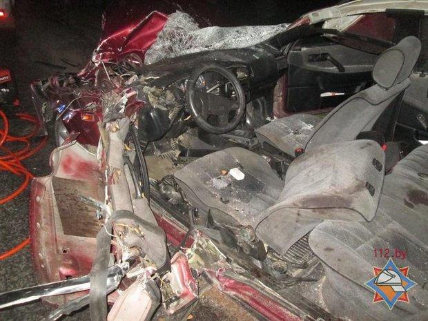 Cотрудники экстренных служб деблокировали водителя автомобиля после ДТП страктором