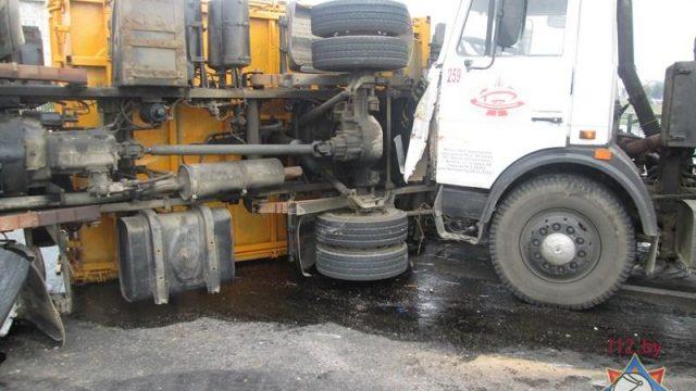 МЧС: ВВитебске намосту перевернулся фургон, разлилось дизельное горючее