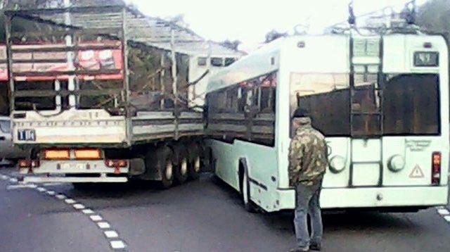 ДТП вМинске: наплощади Ванеева столкнулись фура итроллейбус