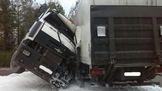 МАЗ иMAN столкнулись под Логойском: cотрудники экстренных служб доставали водителя