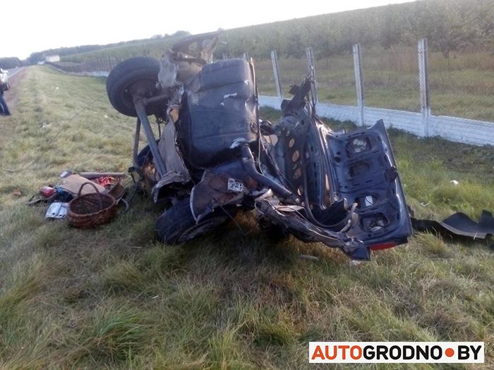 ДТП вВолковысском районе: отстолкновения автомобиль разорвало начасти