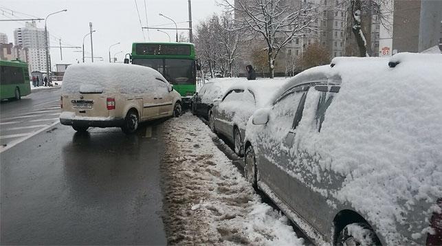 ВМинске шоферу автобуса стало плохо зарулем, онпротаранил 7 авто