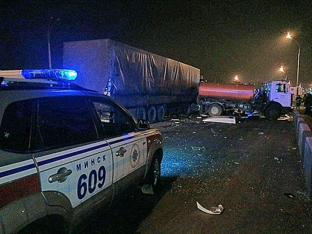 Вночной трагедии наМКАД умер дорожный рабочий— МЧС