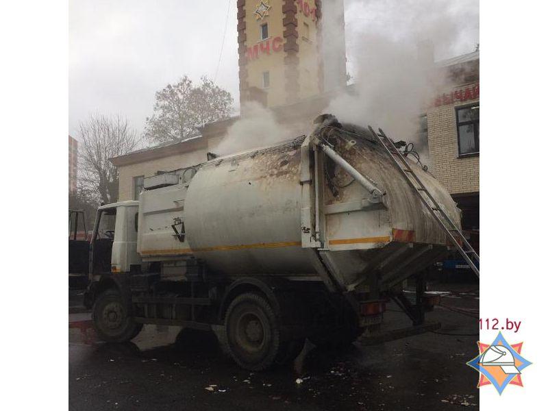 Горящий мусоровоз вМинске приехал прямо впожарную часть