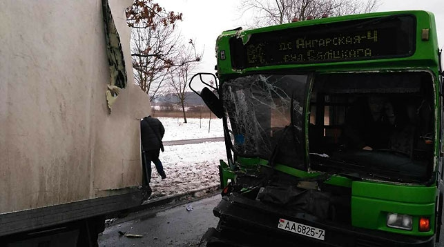 ВМинске автобус спассажирами врезался встоящую фуру