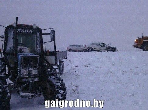 ВЛидском районе легковой автомобиль сбросил вкювет трактор