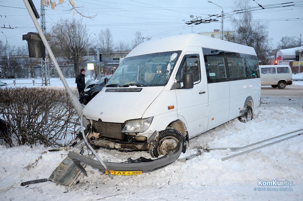 ВБобруйске наперекрестке маршрутка столкнулась с Форд