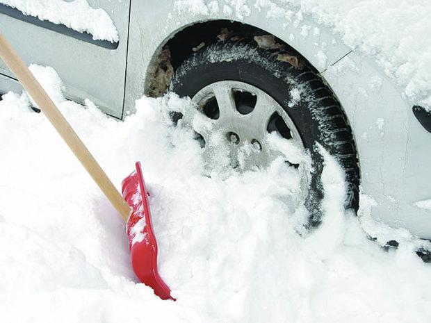 Минчан вынудили убирать снег около собственных авто