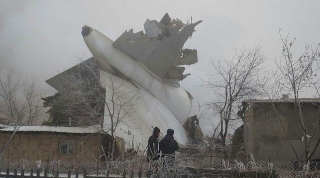 Разбившийся Boeing пролетел посадочную полосу изацепился флюзеляжем зазабор