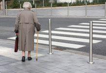 пенсионерка на дороге