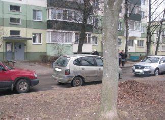 Машины у дома