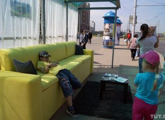 диван на остановке