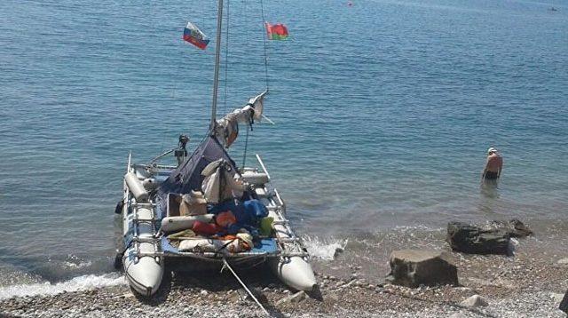 Яхта у берега