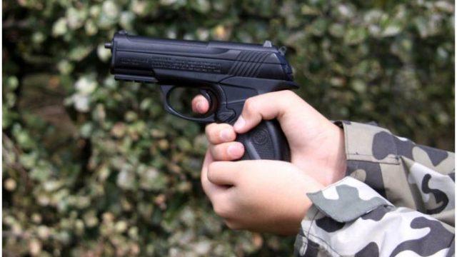 пневматический пистолет у подростка