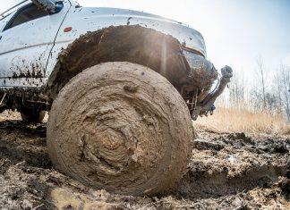 застрял в грязи