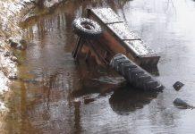 Трактор в воде