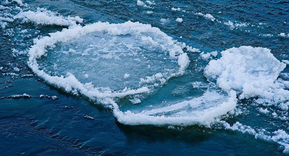 лёд на водоёме