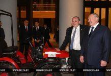 Лукашенко подарил трактор