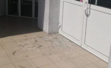 Разбитая дверь